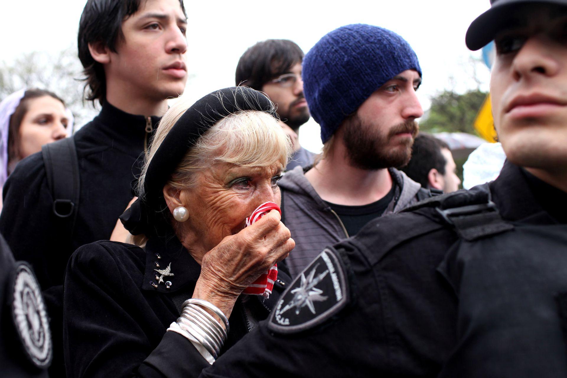 Un mujer llora en la despedida del expresidente Néstor Kirchner