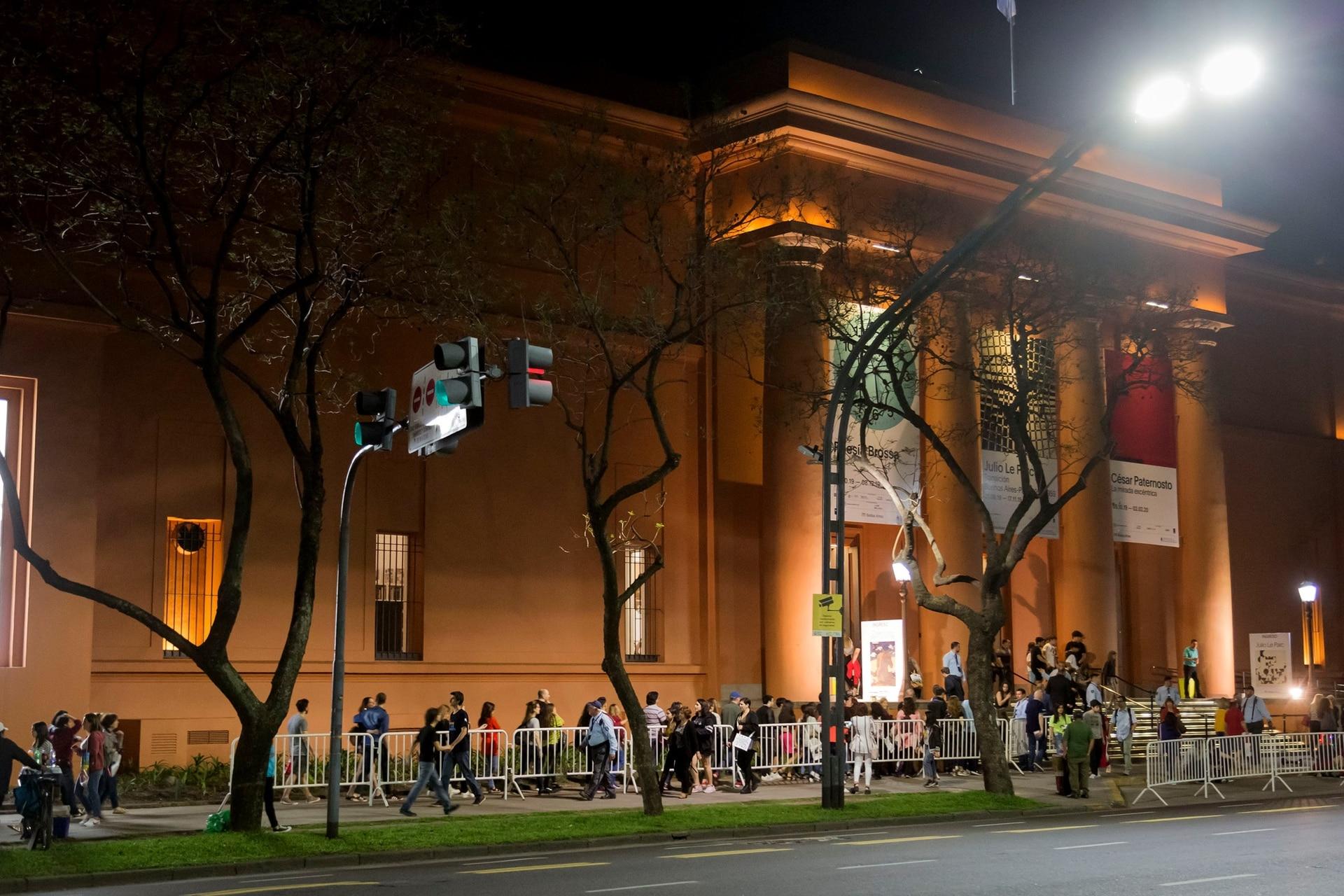 El Museo Nacional de Bellas Artes, con mucho público esperando para ingresar