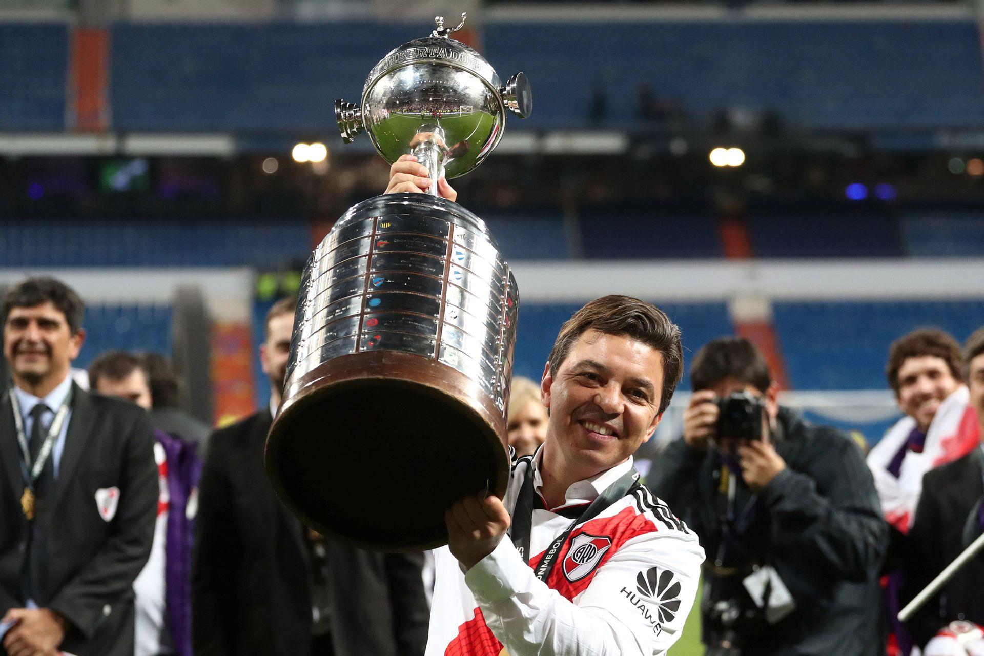 El entrenador de River Plate Marcelo Gallardo levanta el trofeo con los jugadores después de ganar la final de la Copa Libertadores