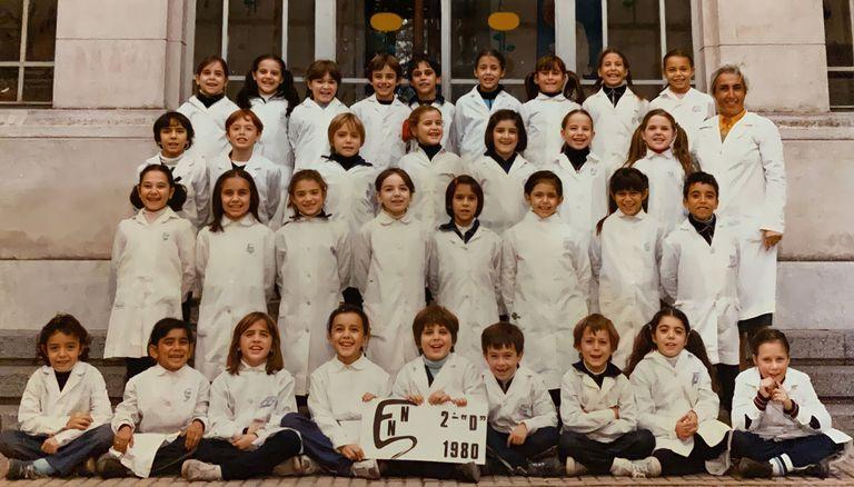"""La imagen, de 1980, muestra al segundo grado """"D"""". Victoria Tolosa Paz aparece sentada, en la tercera ubicación si contamos de izquierda a derecha."""