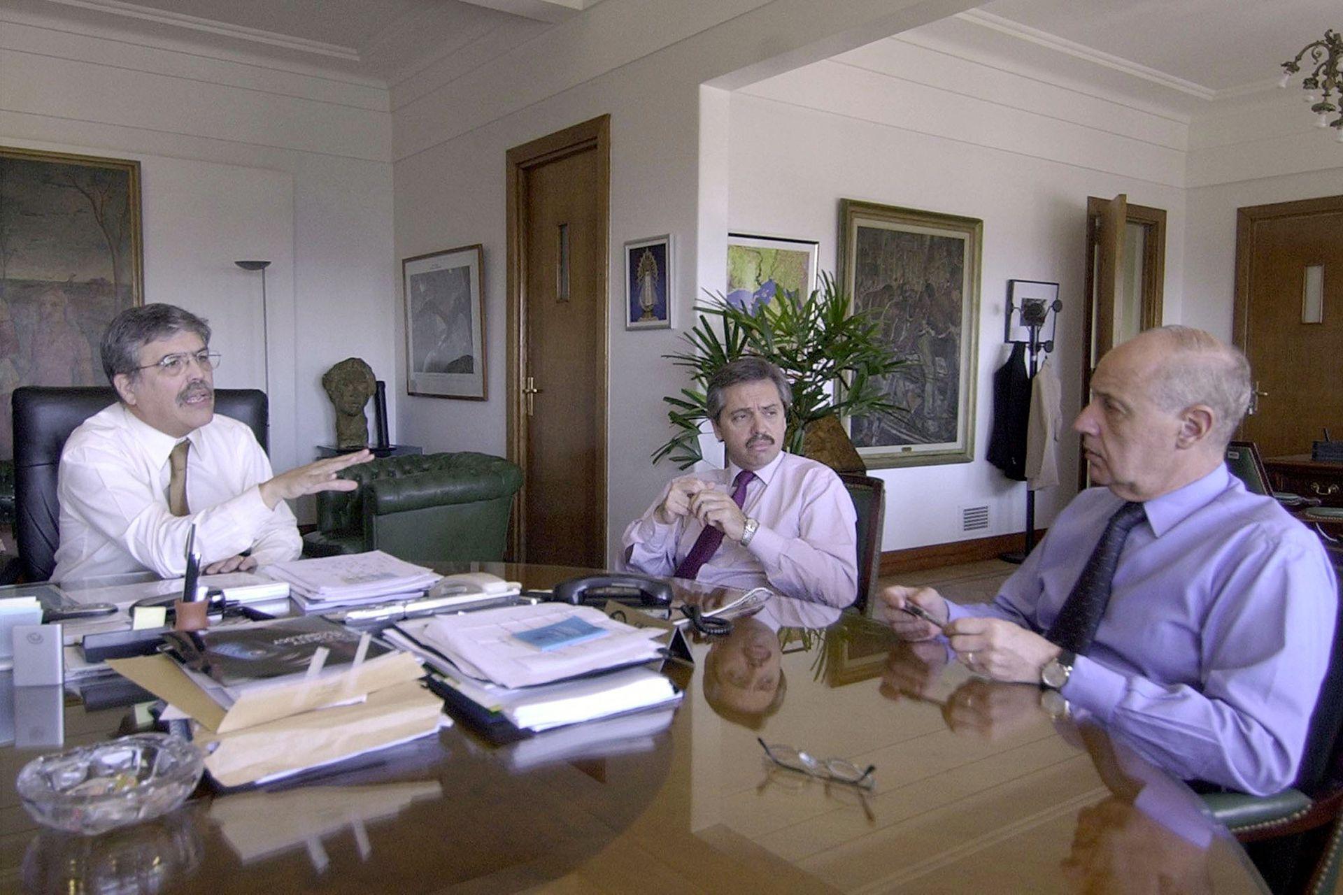En reunión con Julio De Vido, ministro de Planificación Federal, y Roberto Lavagna, ministro de Economía. Palacio de Hacienda, 5 de mayo de 2004