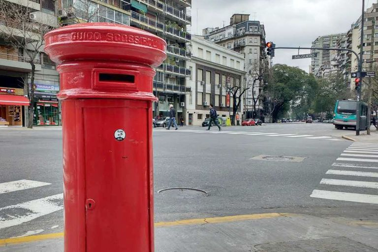 El clásico buzón rojo con sombrerito es una réplica de los que se ven en Inglaterra