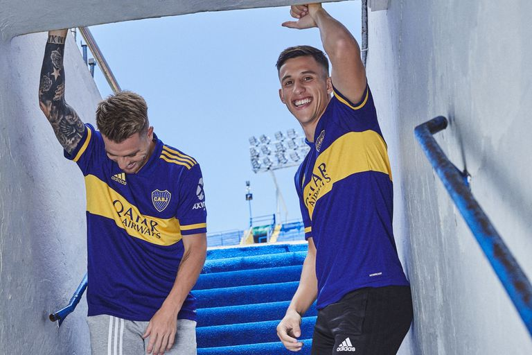 Buffarini y Capaldo posan para la marca en el túnel de los jugadores que conduce a la cancha