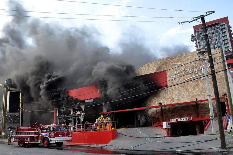 Los bomberos trabajaron para apagar el incendio provocado por un atentado