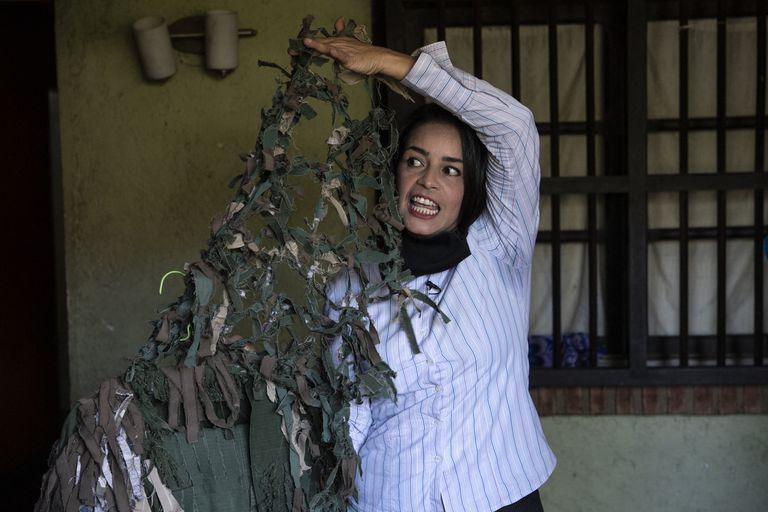 La francotiradora venezolana Ismaira Figueroa muestra el traje de camuflaje que ella misma confeccionó