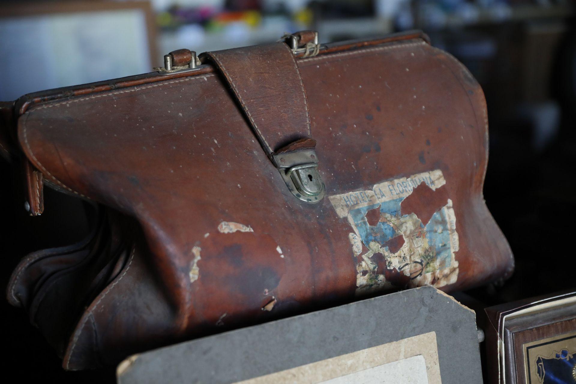 Un maletín, recuerdo de algún viaje