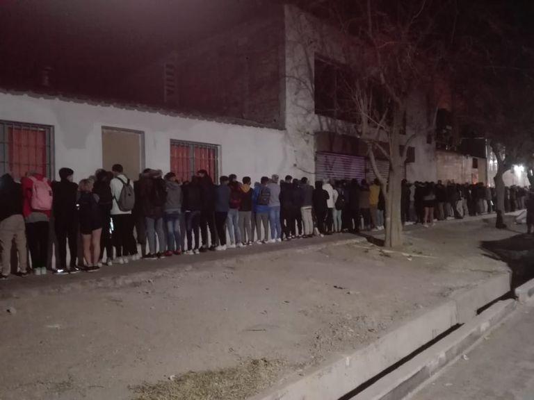 Decenas de jóvenes participaban de la fiesta ilegal. Tras ser identificados por las autoridades judiciales fueron entregados a sus padres. Una parte de los asistentes se fugó por los techos.