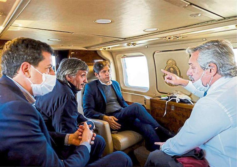 Fernández habla con De Pedro, Máximo Kirchner y Kicillof, durante el vuelo en helicóptero al conurbano