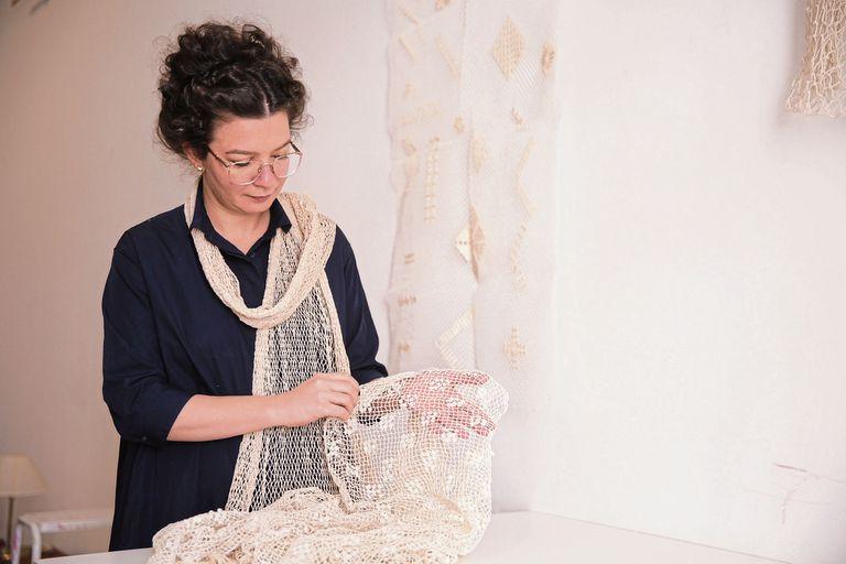 Alejandra Mizrahi difunde esta técnica de tejido y lo reversionó con saberes orientales en un proyecto que vincula el trabajo artesanal y la inclusión social.