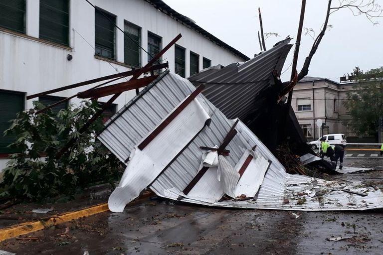 En medio del temporal se desprendió el techo de una escuela en El Palomar