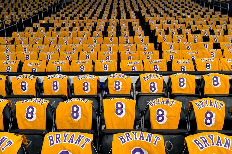 Camisetas de Kobe Bryant en las butacas del estadio Staples Center, en Los Angeles