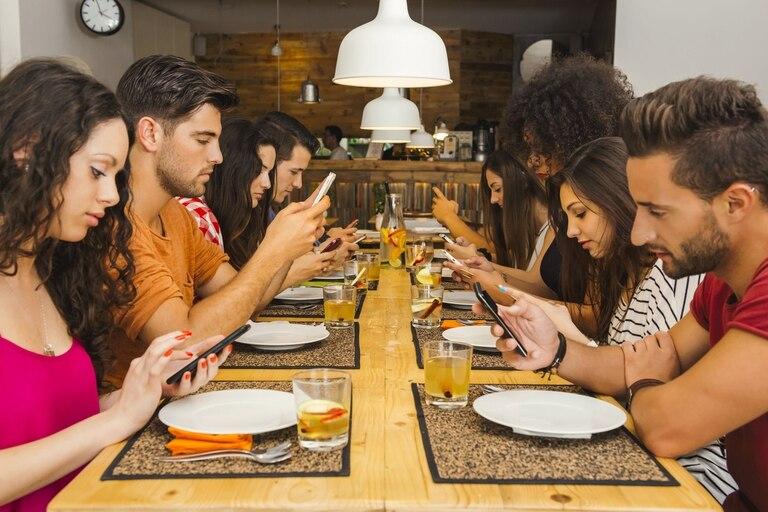 ¿Tus invitados le prestan más atención al celular que a la gente con quienes comparten mesa? Te damos algunas ideas para mantener los teléfonos alejados de tus comidas familiares o con amigos