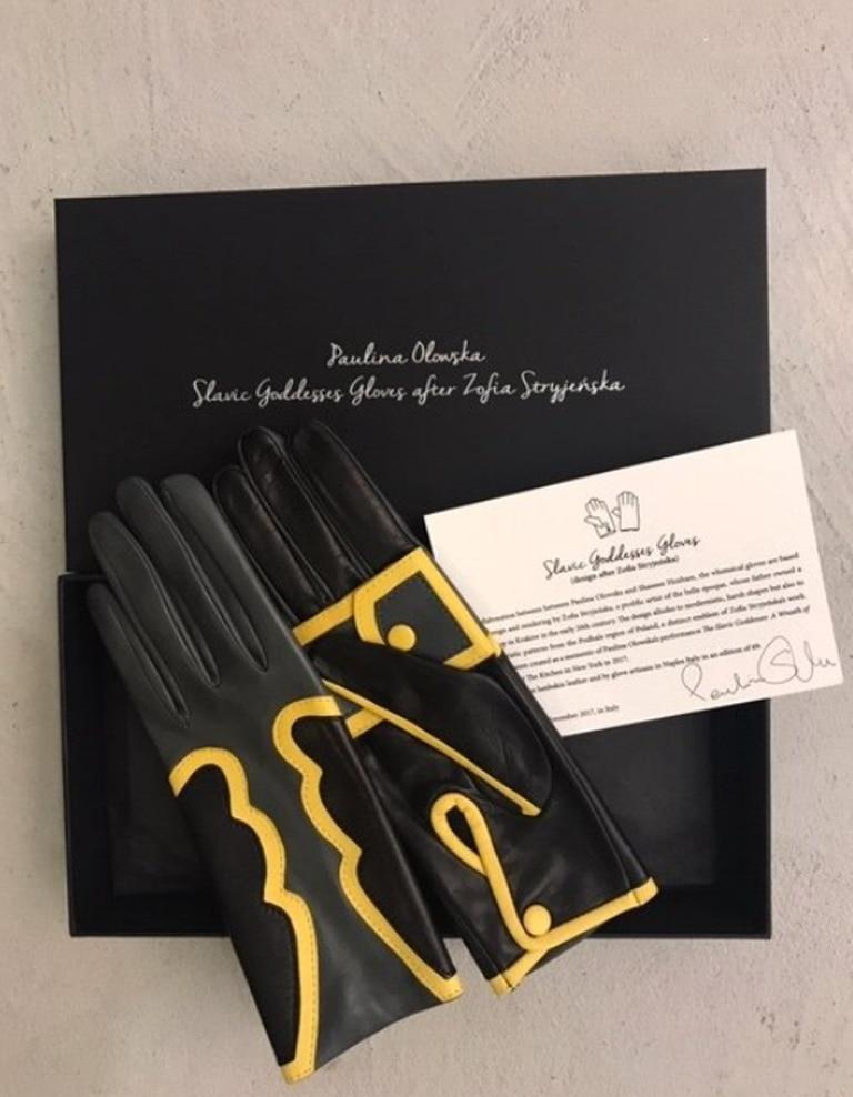 Más de 80 años pasaron entre el diseño de estos guantes hechos por Zofia Stryjeńska y el modelo que Paulina Olowska fabricó en 2018.