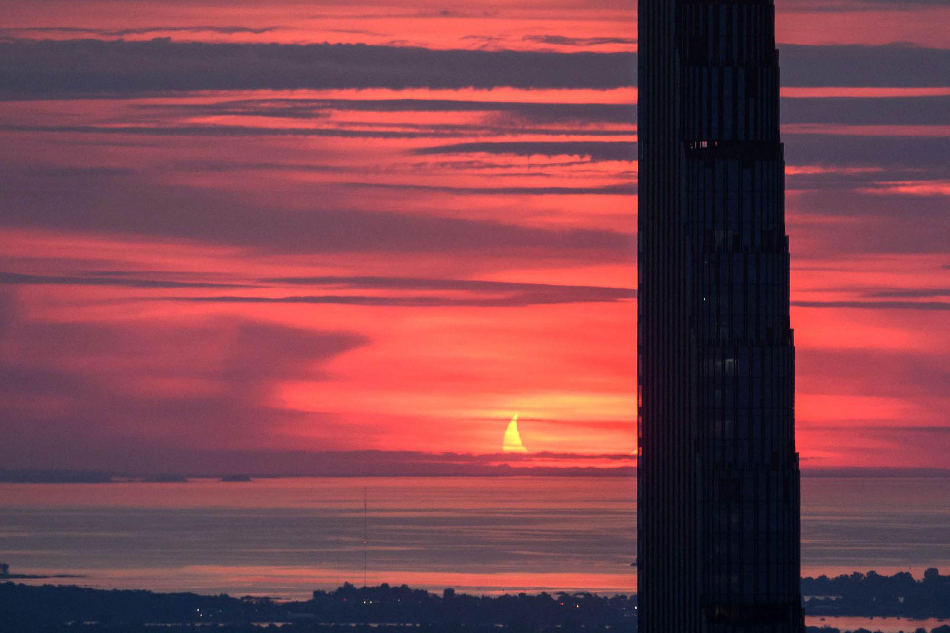 También se puede contemplar de forma indirecta, mediante proyección en el suelo, utilizando un trozo de cartón con agujeros o una espumadera. Este es el primer eclipse anular del año 2021 y el decimosexto del siglo XXI.