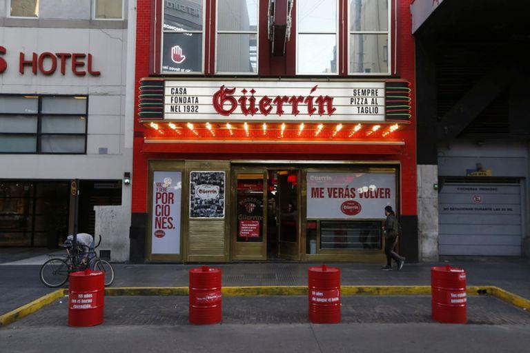 La tradicional pizzería Güerrín de la calle Corrientes ya está colocando una estructura para instalar mesas en la vereda