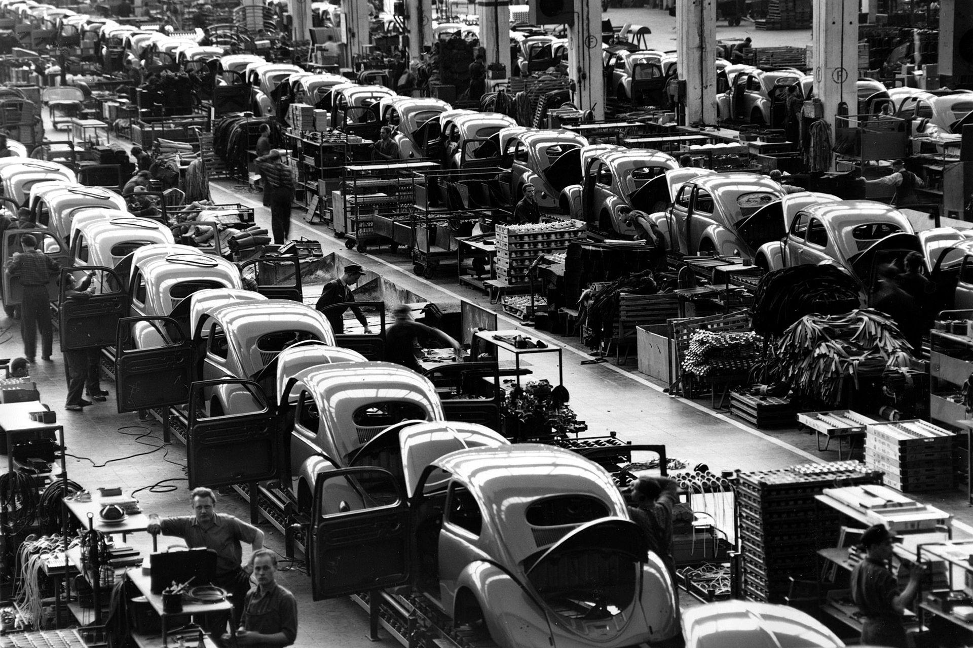 """Foto de archivo de 1954. Los """"Escarabajos"""" se ensamblan en la planta de automóviles Volkwagen, que fabricaba cerca de 900 unidades cada día, en Wolfsburg, Alemania Occidental"""