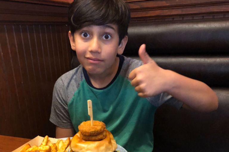 El niño pudo recuperarse del colapso con una visita a una casa de hamburguesas veganas