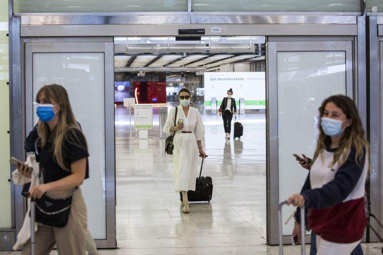 España impone una cuarentena obligatoria para viajeros que lleguen de la Argentina, Bolivia, Colombia y Namibia