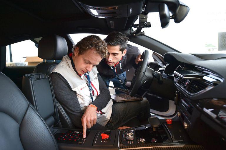Técnicos preparan el Audi RS7 antes de la carrera