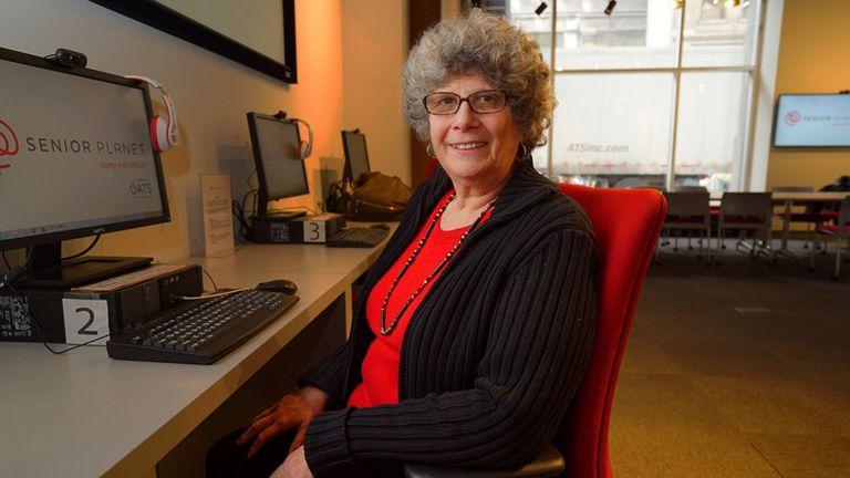 Marian Goldberg en el Senior Planet Exploration Center, en Manhattan, donde aprendió a superar su miedo a la tecnología digital