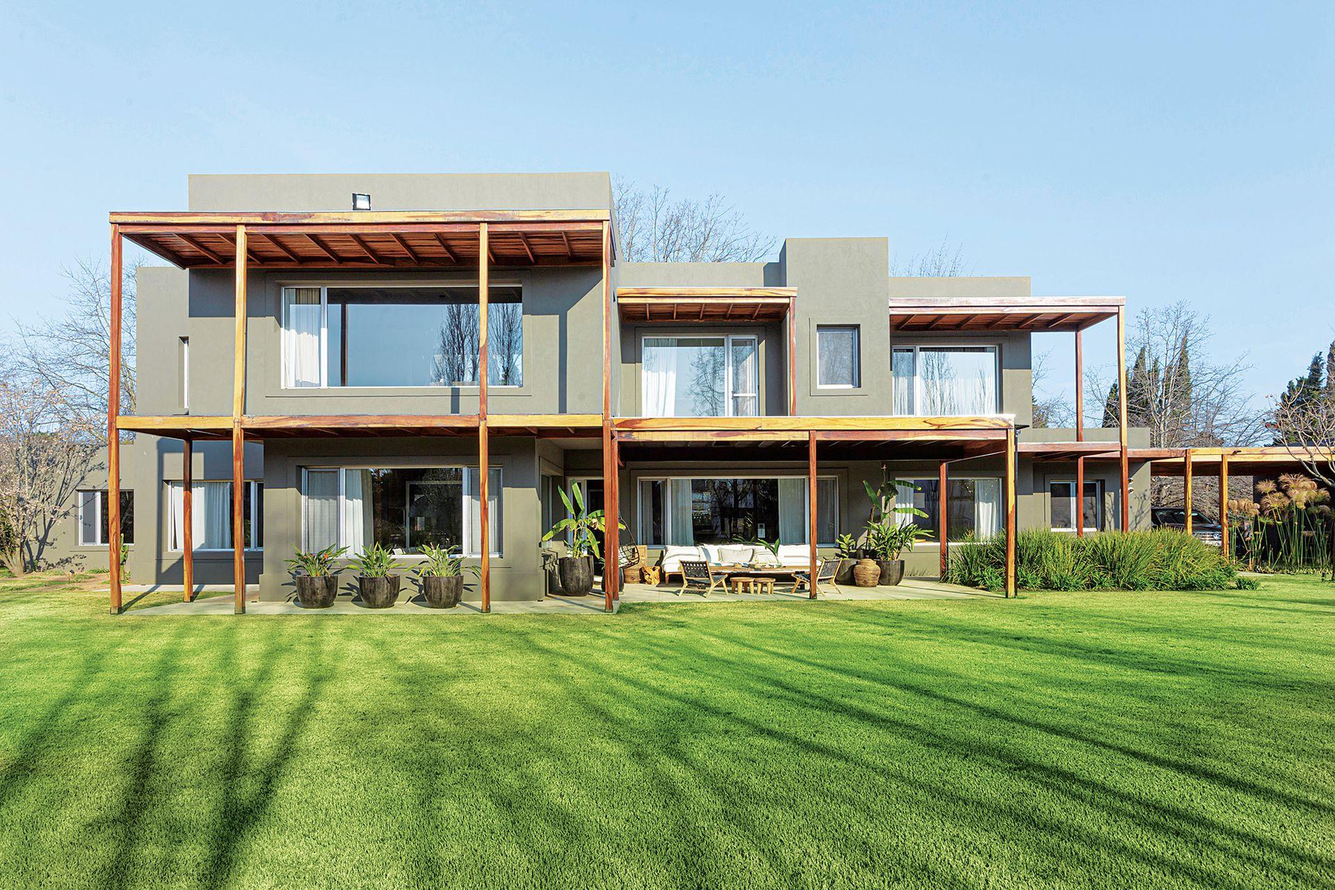 La casa cuenta con una gran extensión de pasto para disfrutar al aire libre.