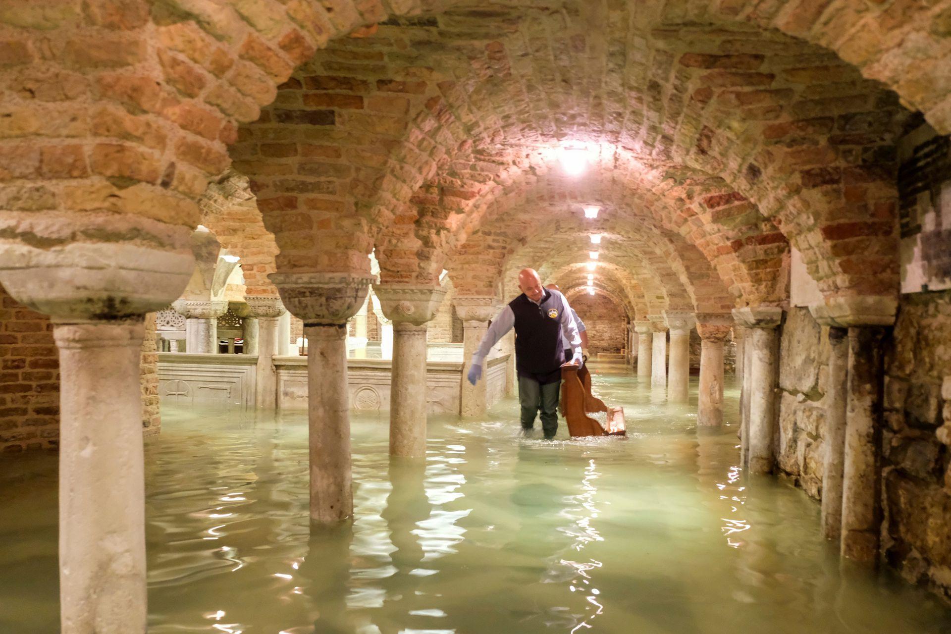 La basílica de San Marcos inundada por la inusual marea
