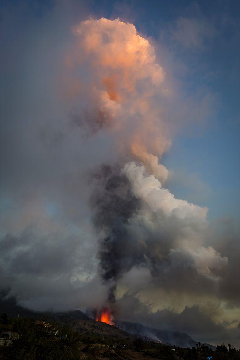 La lava y el humo fluyen de la erupción de un volcán en la isla de La Palma en las Canarias, España, el domingo 19 de septiembre de 2021. Un volcán en la isla española de La Palma en el océano Atlántico entró en erupción el domingo después de una acumulación de actividad sísmica de una semana. lo que llevó a las autoridades a evacuar a miles de personas mientras los flujos de lava destruían casas aisladas y amenazaban con llegar a la costa. Nuevas erupciones continuaron hasta la noche.