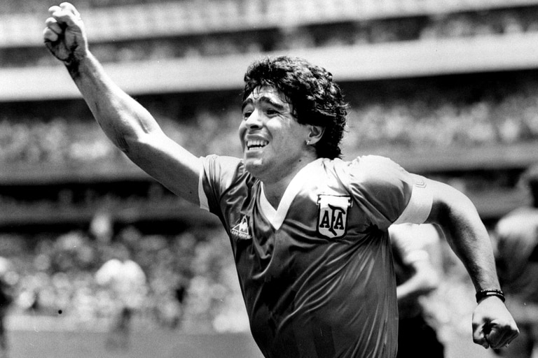 Los músicos le expresaron su amor a Diego Maradona en muchísimas canciones. A continuación, un recorrido por 10 de esas composiciones, de las más conocidas a las que se crearon a miles de kilómetros de la Argentina