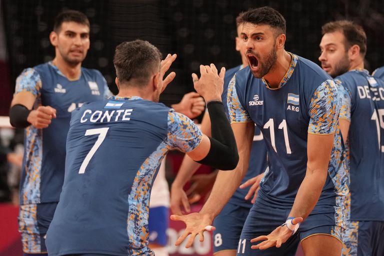 Los argentinos Facundo Conte y Sebastian Sole celebran un punto durante un partido de la ronda preliminar del grupo B de voleibol masculino contra Brasil, en los Juegos Olímpicos de Verano de 2020, el lunes 26 de julio de 2021, en Tokio, Japón. (Foto AP / Frank Augstein)