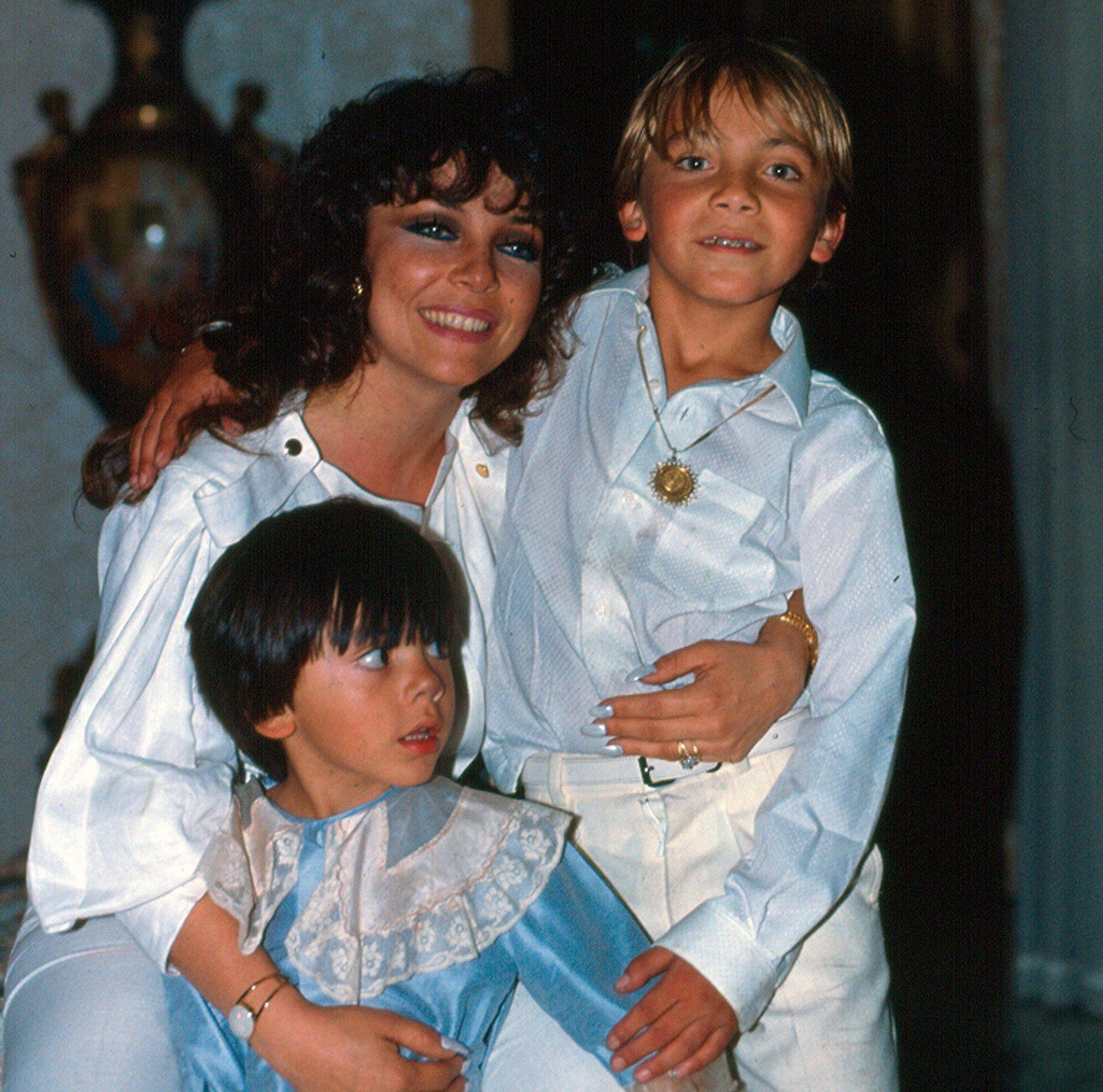 Verónica Castro junto a sus hijos, Cristian y Michel