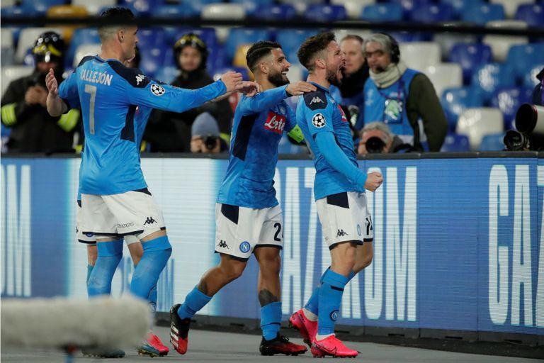 Napoli festeja el 1 a 0 que convirtió Dries Mertens