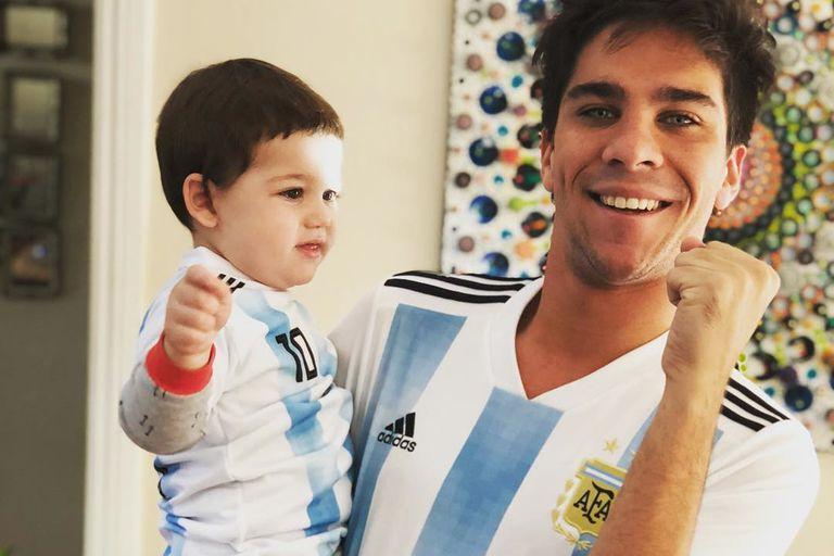 Incentivado por su tío Bautista Lena, Toribio -el bebé de 1 año y 10 meses de Juana Repetto- también alienta en cada partido al equipo argentino con la camiseta albiceleste.