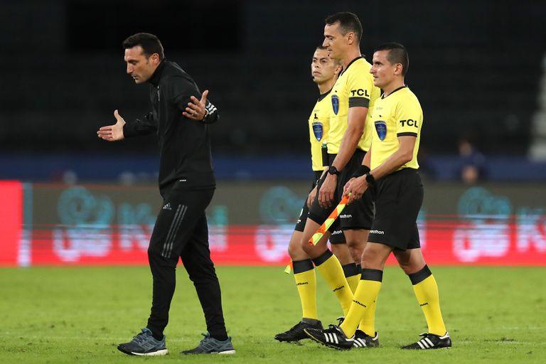 El DT de la Argentina, Lionel Scaloni, parece no encontrar respuestas para algunas fallas del equipo, que empezó la Copa América con un 1-1 frente a Chile