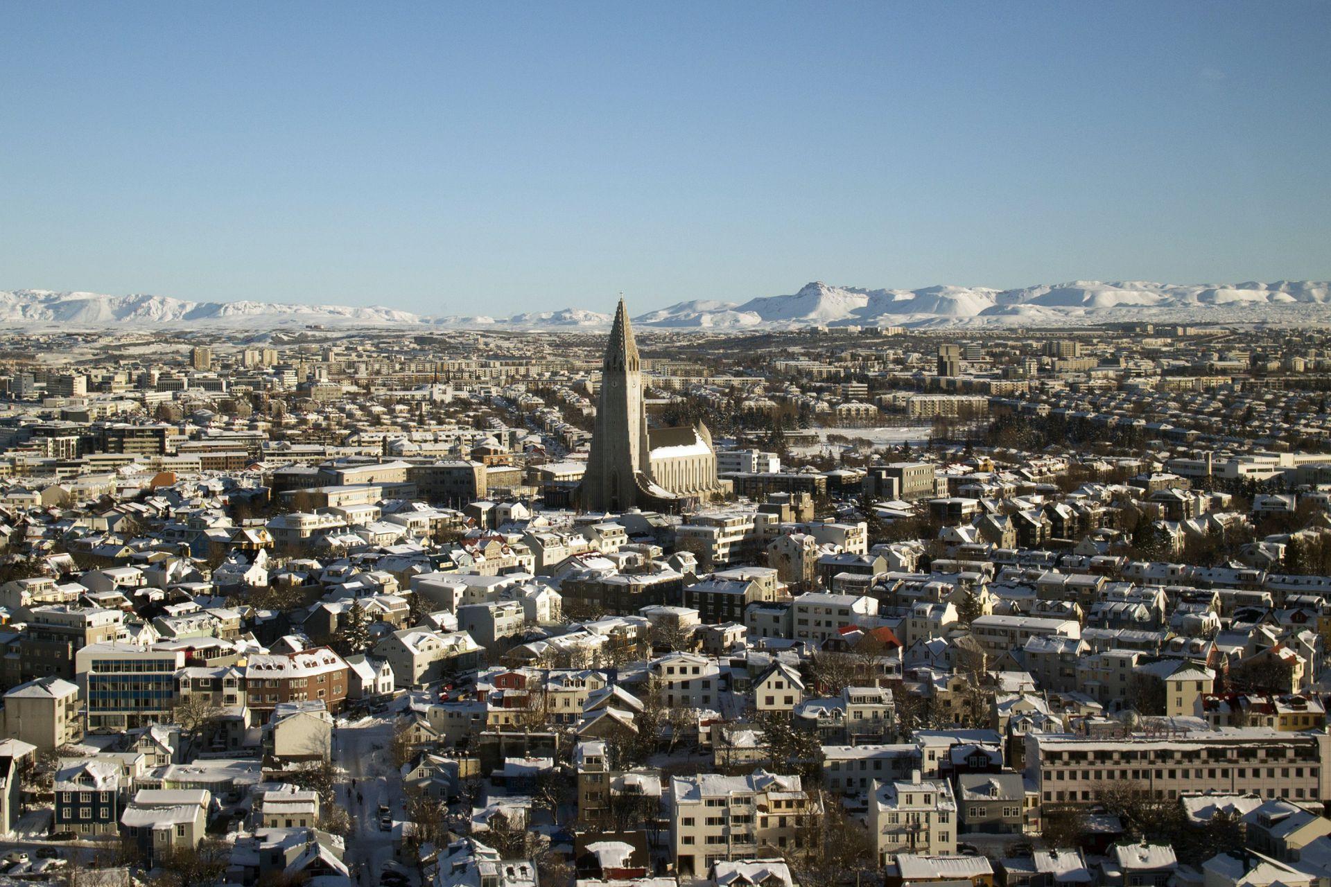 Sobrevolando Reykjavik junto a su marido y un piloto amigo.
