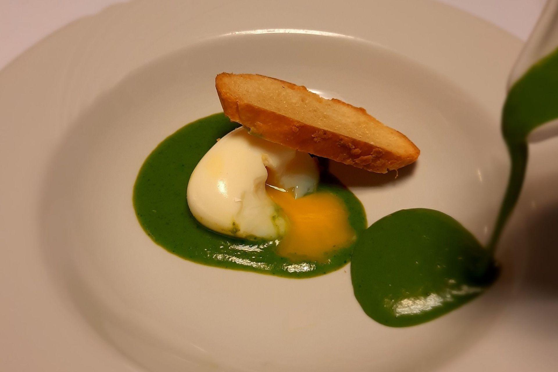 Sopa de arvejas con huevo mollet