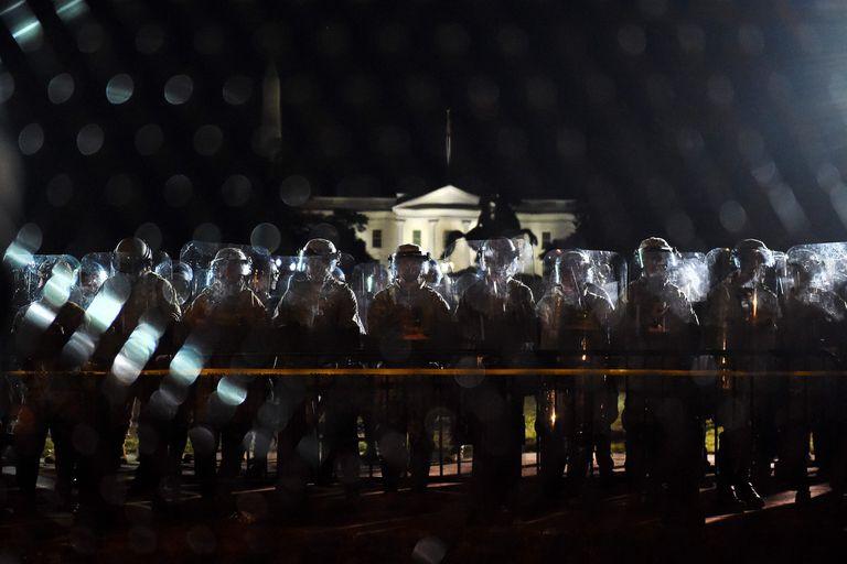 El martes en la noche, pese al toque de queda, una multitud seguía congregada frente a la Casa Blanca