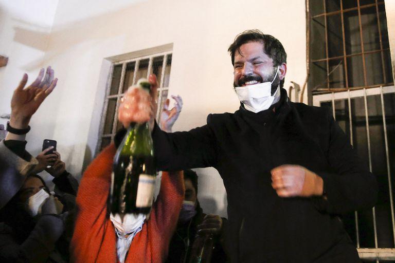 El precandidato presidencial chileno por el partido Convergencia Social, Gabriel Boric, celebra su victoria durante las elecciones primarias presidenciales en Santiago