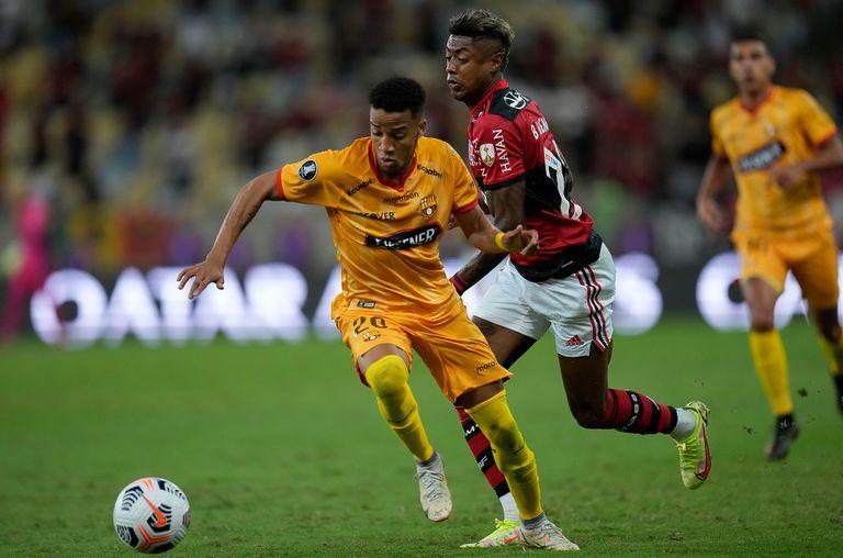 Byron Castillo y Bruno Henrique luchan por la pelota; Flamengo y Barcelona definen la semifinal en Guayaquil
