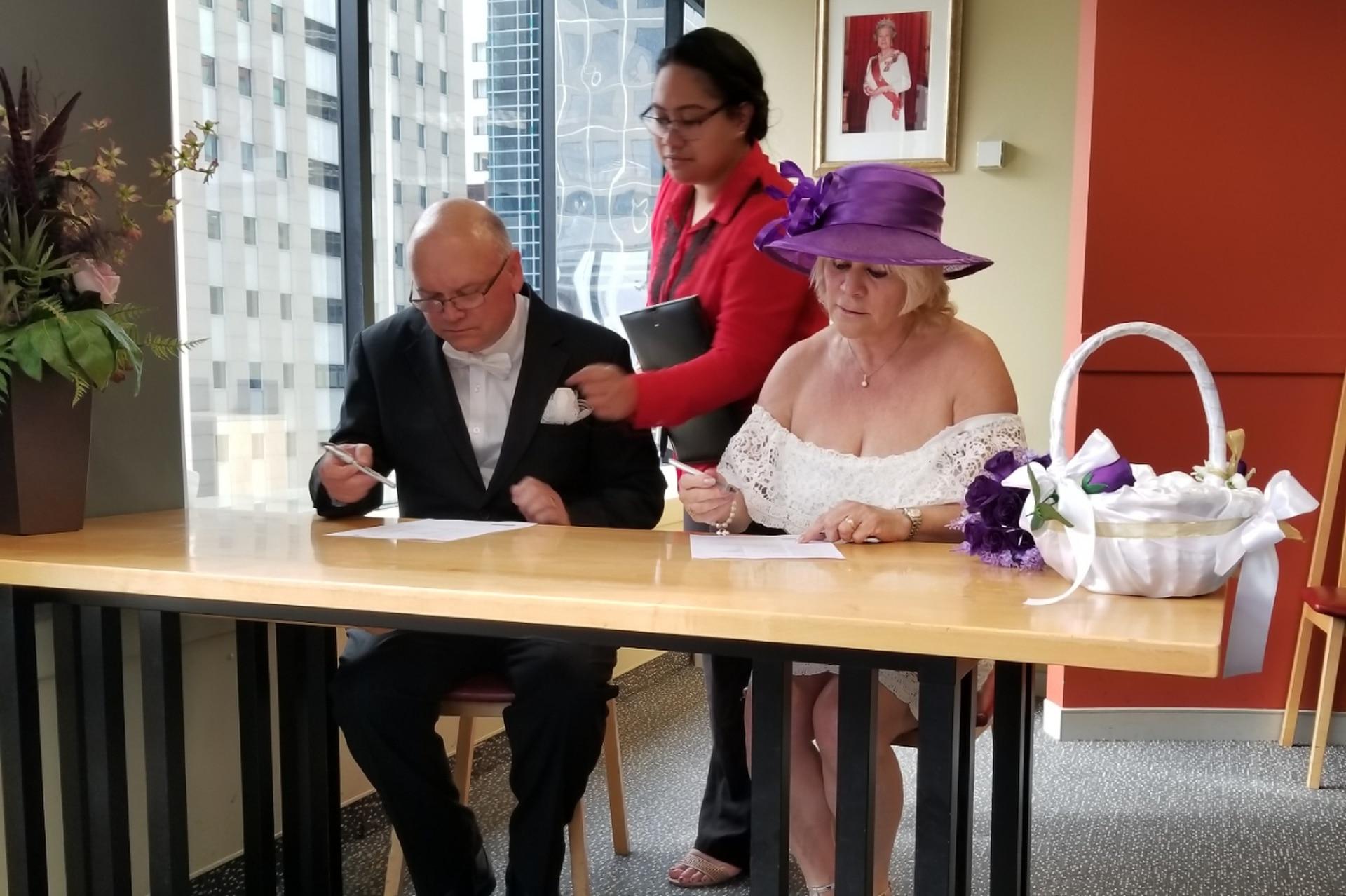 Alex Tucker y Mónica Lekini en el registro civil de Auckland para darle comienzo a una nueva etapa de su vida.
