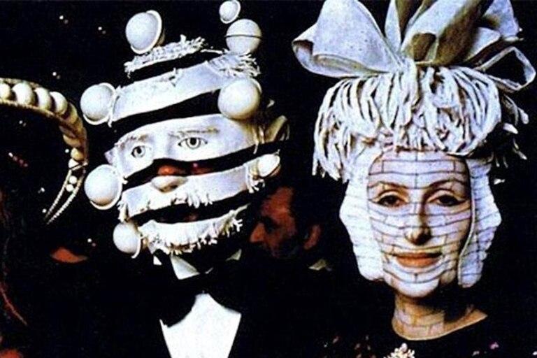 La mayor parte de los invitados llegó al castillo Ferrières con máscaras y ornamentos sobre sus cabezas, producidos artísticamente