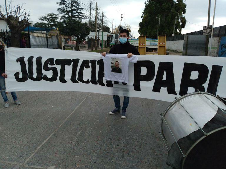 Familiares y amigos se juntaron para pedir justicia por Pablo Bardin en el lugar en el que fue atropellado el 10 de abril.