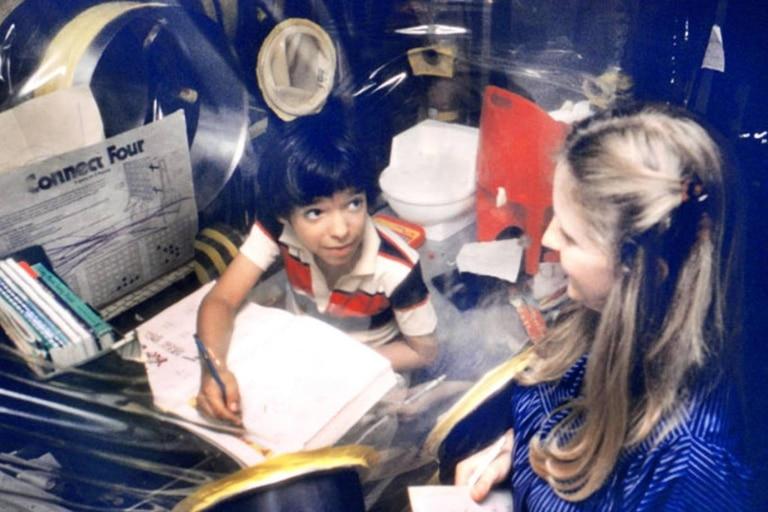 El niño de la burbuja a veces escondía el lápiz para tener una excusa y no hacer la tarea, pero en general era un estudiante aplicado y entusiasta