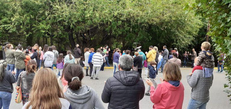 Familias de El Calafate reclaman frente a la casa de Cristina Kirchner, por la vuelta a la presencialidad en las escuelas de Santa Cruz