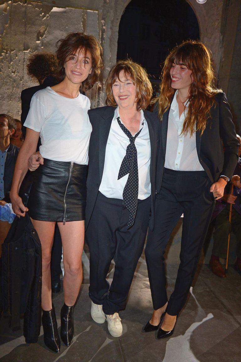 Jane posa con sus hijas Charlotte y Lou después de asistir al desfile de Saint Laurent durante el Fashion Week Primavera- Verano de París 2016.