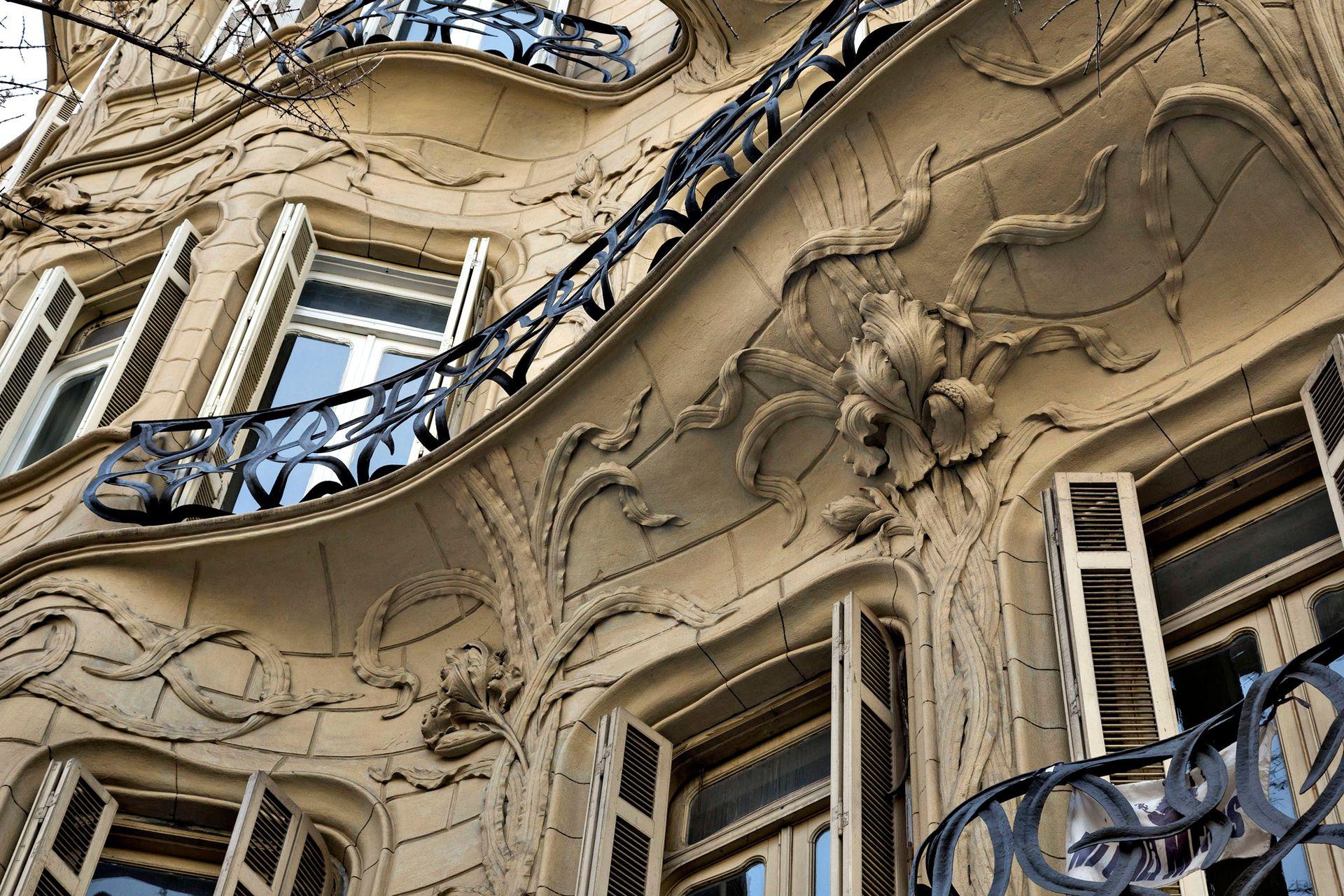 Las flores en relieve y las ondulaciones de la fachada son uno de los atractivos de este particular palacio porteño