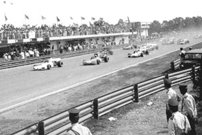 El BT de Reutemann, adelante; a su izquierda, el Tyrrell  de Stewart; el argentino sorprendió con la pole y luego finalizó 7º