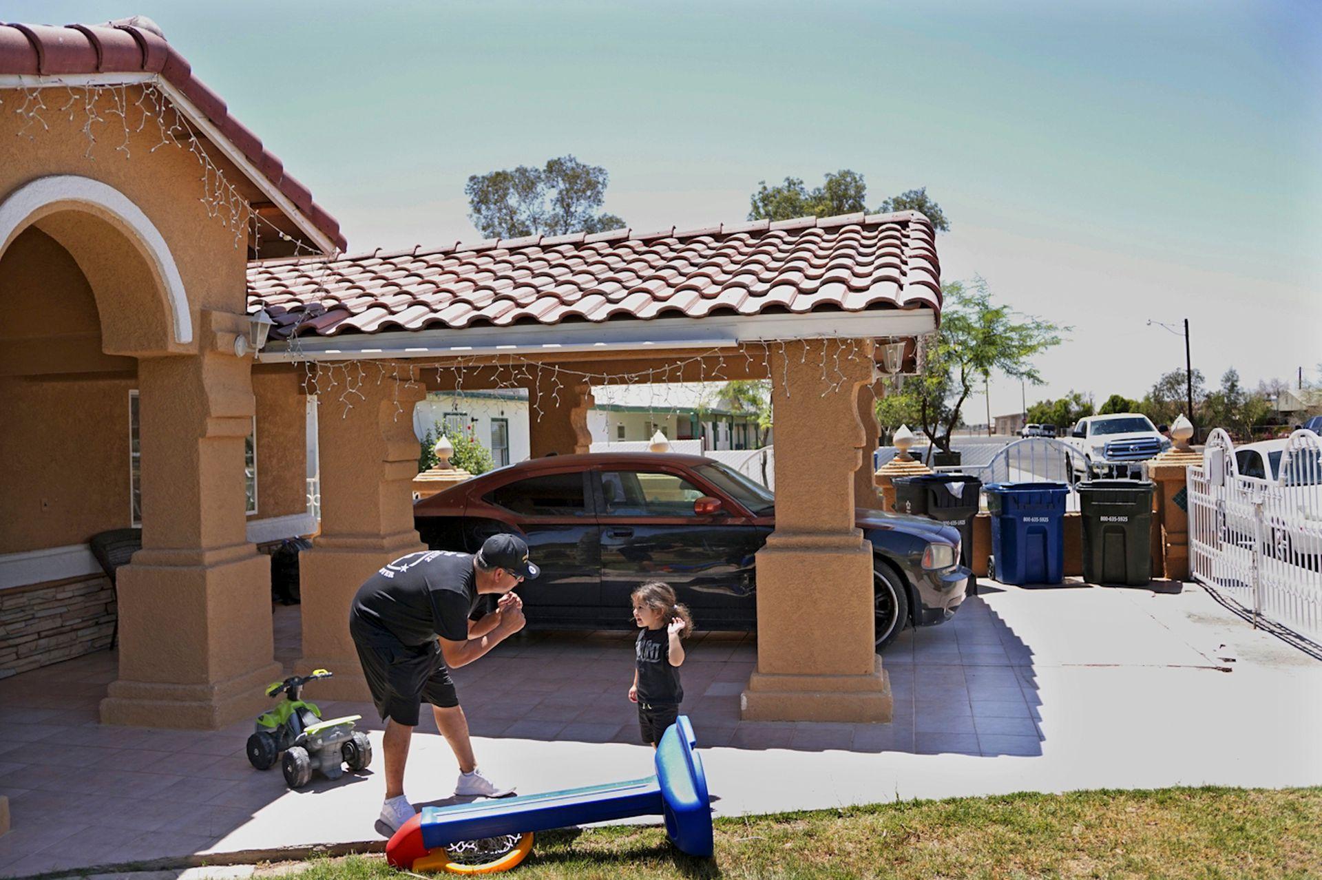 El padre de Andy Ruiz Jr, juega con su nieto en California