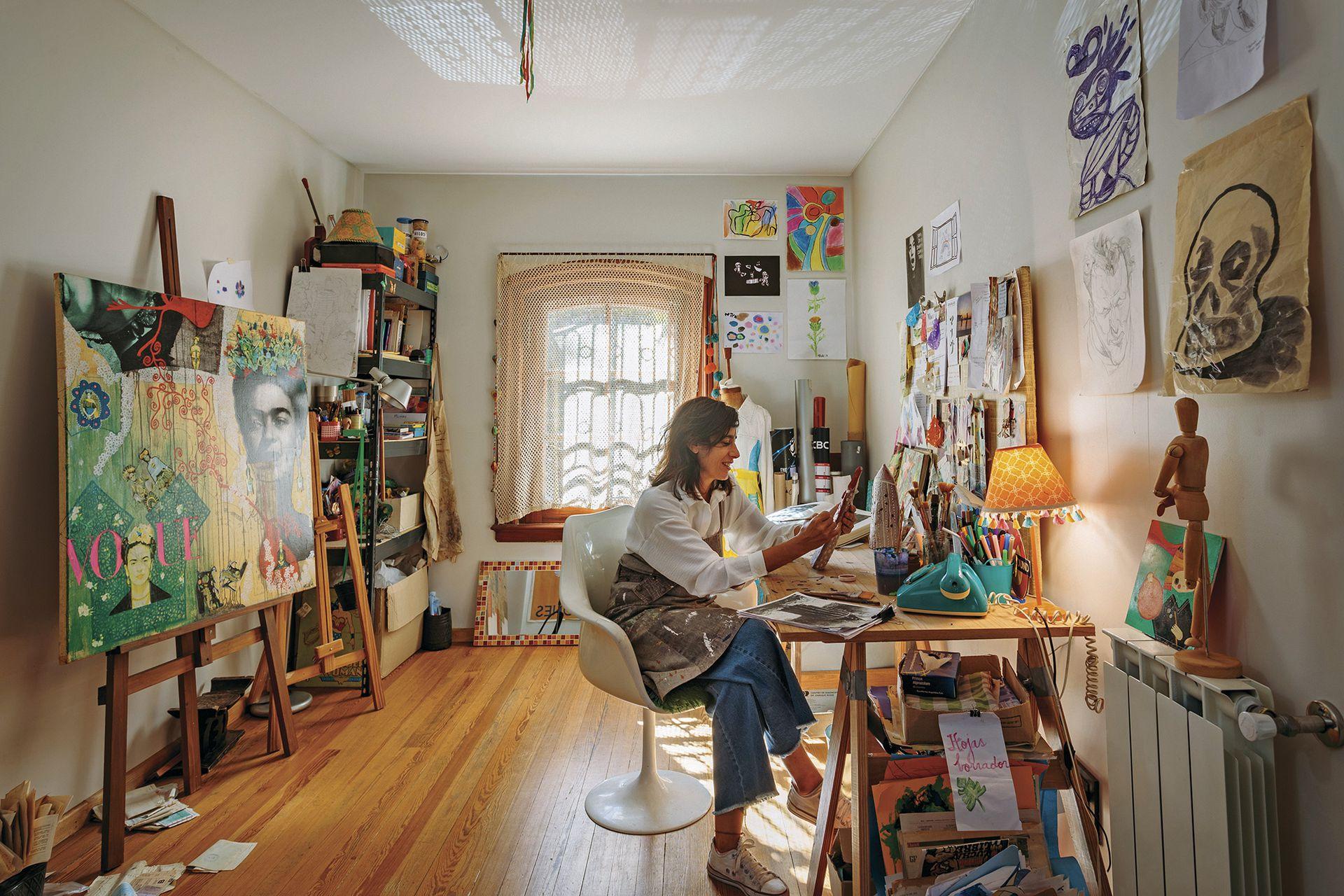 Subiendo la escalera del recibidor (que se conservó, al igual que el piso y el ventanal), se organizó el atelier de Marisa.