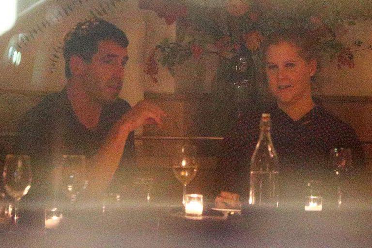 Amy Schumer y Chris Fischer capturados en una cena romántica; más tarde harían publica su relación con imágenes en las redes