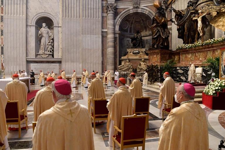 Cardenales y obispos asistiendo a la Misa de Pascua